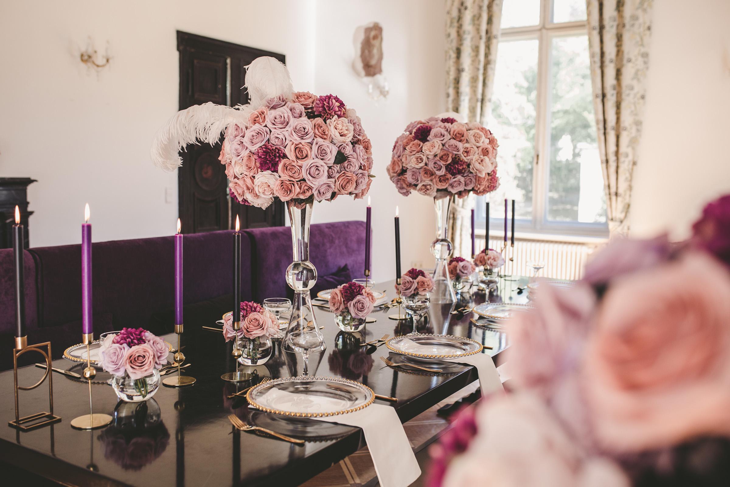 hochzeitstisch-deko-lila-rosen